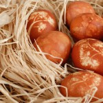 Как покрасить яйца на пасху натуральными красителями.