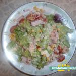 Салат с кукурузой, креветками и помидорками черри.