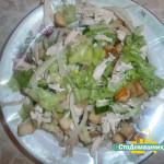 Салат с курицей и сухариками.